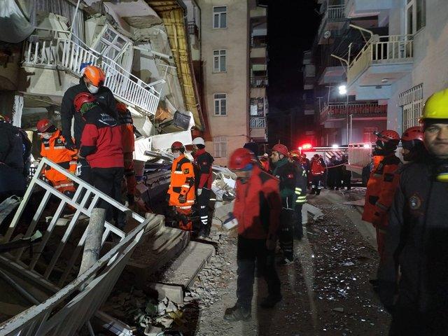 Ünlü isimler deprem sonrası yaşadıkları üzüntüyü dile getirdi - Magazin haberleri