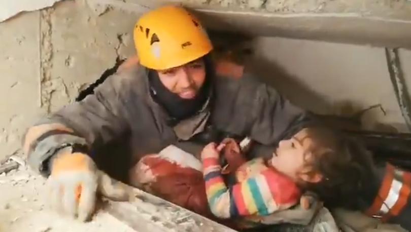Elazığ depremi: 24 saat sonra bir çocuk enkazdan kurtarıldı