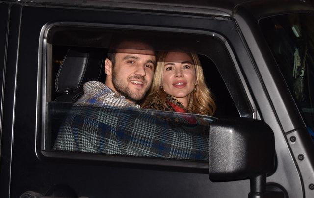 Eliz Sakuçoğlu sevgilisi Semih Ergün'ü öpücüklere boğdu - Magazin haberleri