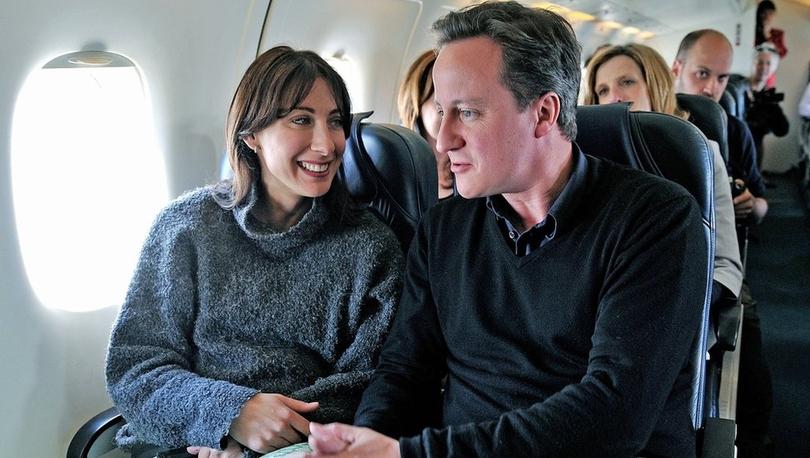 Eski İngiltere Başbakanı Cameron'ın koruması, tabancasını uçak tuvaletinde unuttu