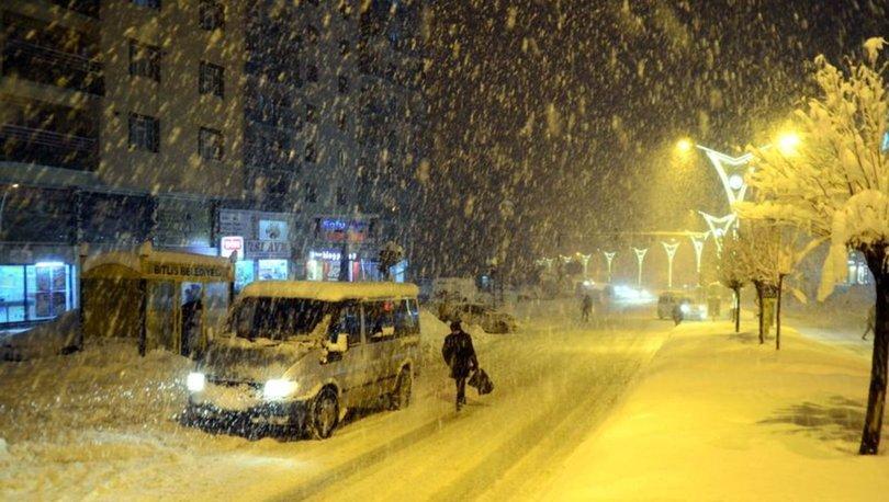 Bitlis'te yolda mahsur kalan 400 yolcu misafirhanelere yerleştirildi