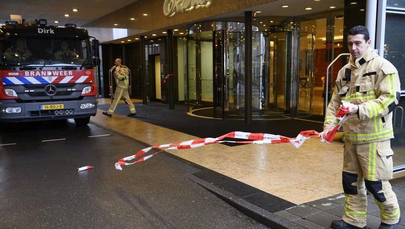 Hollanda'da 2 ayrı şirkete gönderilen bombalı zarfların açılması sonucu patlamalar yaşandı
