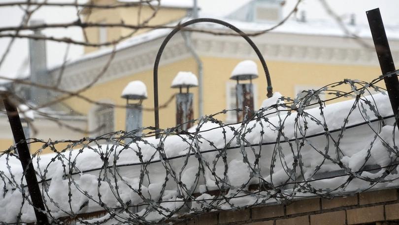 Rusya'da üç yıl hapis cezasına çarptırılan eski hapishane yetkilisi yargıcın önünde intihar etti