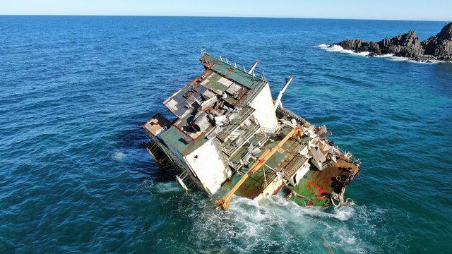 Son dakika! Dalga dalga yok oluyor! Şile açıklarında karaya oturan gemi parçalanıyor! - Haberler