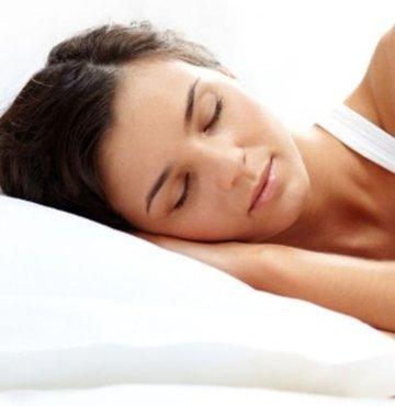 Uyku bozuklukları nelerdir? Sorusu vatandaşlar tarafından merak ediliyor. Sürekli uyuyamama ve uykuya dalmada sorun yaşanmasına neden olan bir uyku bozukluğudur. Bu durum kişinin aşırı yorgun ve bitkin olmasına etken olan bir hal ortaya çıkarmaktadır. Peki uyku bozuklukları nelerdir?