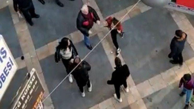 Sokak ortasındaki kız kavgasına tokatlı tepki kamerada!
