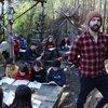 Müzik öğretmeni doğada eğitim veriyor
