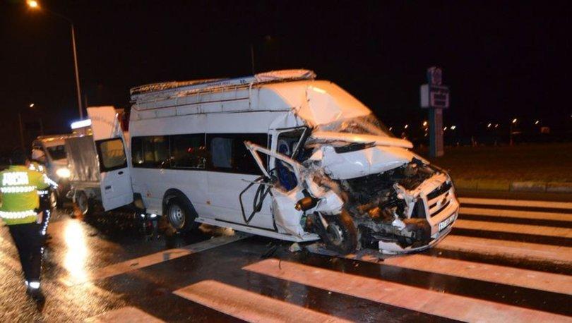 Aksaray'da minibüs kamyona çarptı: 13 yaralı