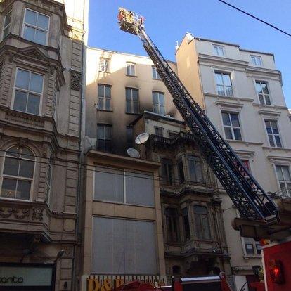 İstiklal Caddesi'nde 5 katlı binada yangın çıktı
