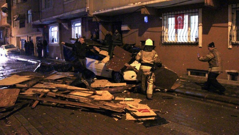 SON DAKİKA! Zeytinburnu'nda şiddetli rüzgar 5 katlı binanın çatısını uçurdu!