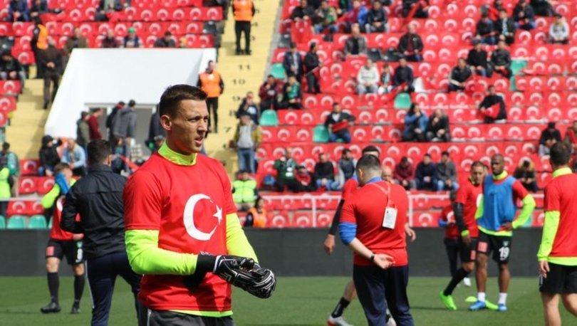 Süper Lig'in 24. haftasında Denizlispor ile Yeni Malatyaspor karşılaşmasının oynanacağı Atatürk Stadı koltukları Türk bayrakları ile donatılırken, reklam panolarında ise İdlib'de şehit olan askerlerin fotoğraf ve isimleri yansıtıldı.