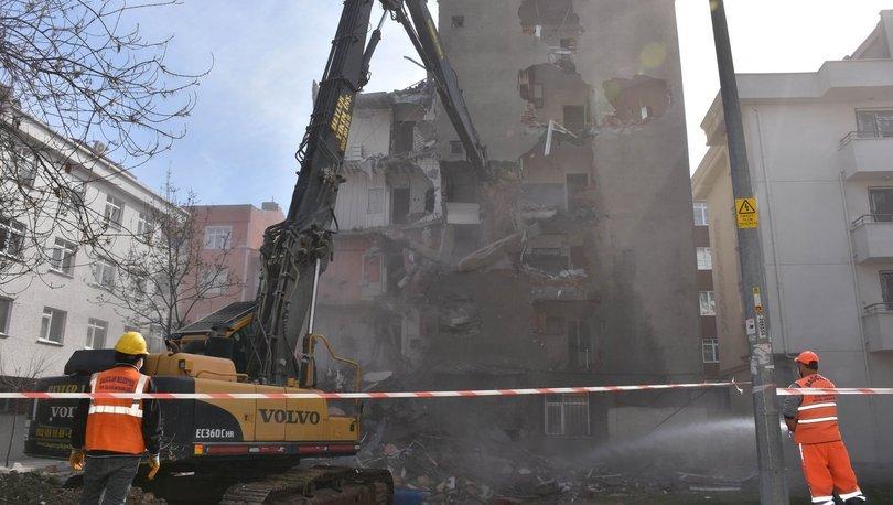 Son dakika haberler...İstanbul'da bir hasarlı binanın daha yıkımı gerçekleşti!