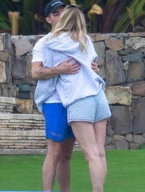 Anne olmak için gün sayan Sophie Turner eşiyle tatilde
