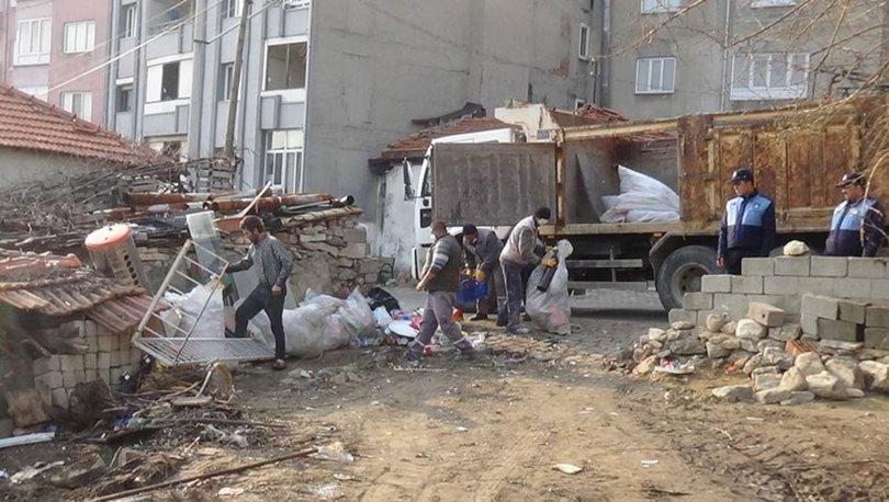 Kötü koku şikayeti yapılan evden 15 kamyon çöp çıktı