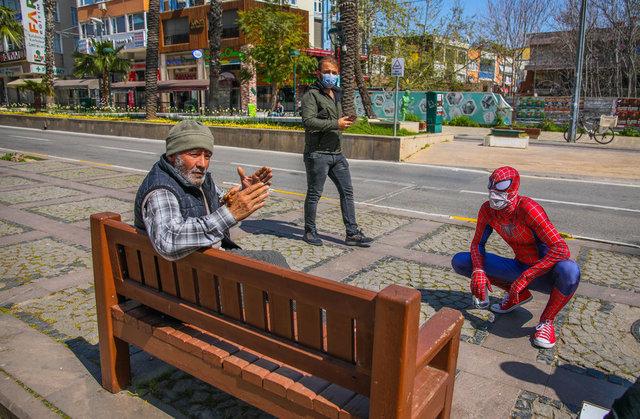 Maske dağıtan 'Örümcek Adam' şaşkınlık yarattı