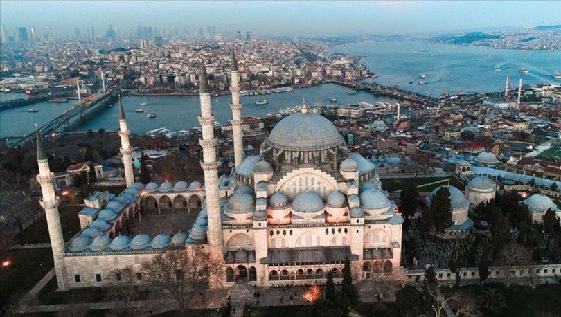İstanbul'daki camilerde koronavirüs salgınının son bulması için dua edildi