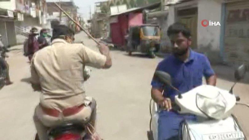 Hindistan'da sokağa çıkanlara dayak!