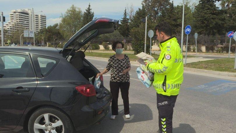 Antalya'da girişe kapatılan bölgedeki sokak hayvanlarını polisler besledi