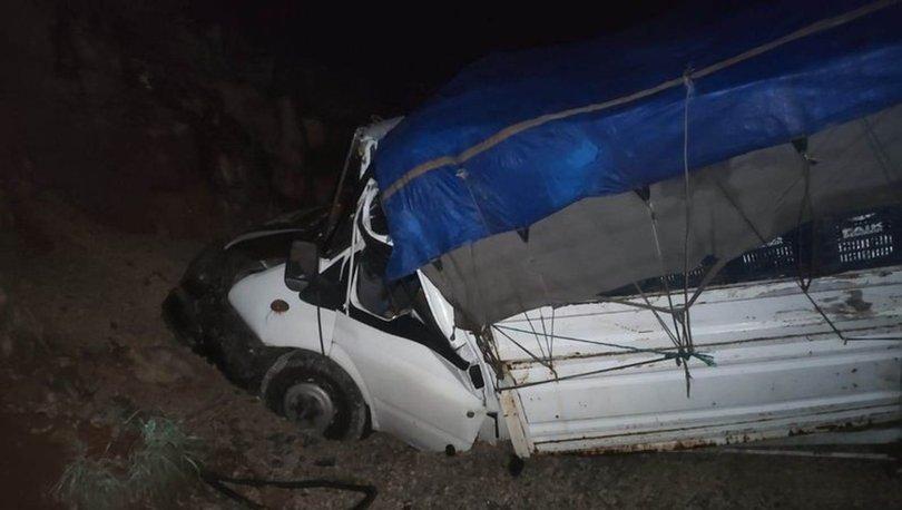 Konya'da sebze yüklü kamyonet kum yığınına çarptı: 2 yaralı