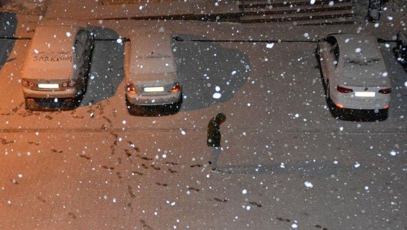 Sarıkamış'ta gün boyu etkili olan soğuk hava yerini kar yağışına bıraktı