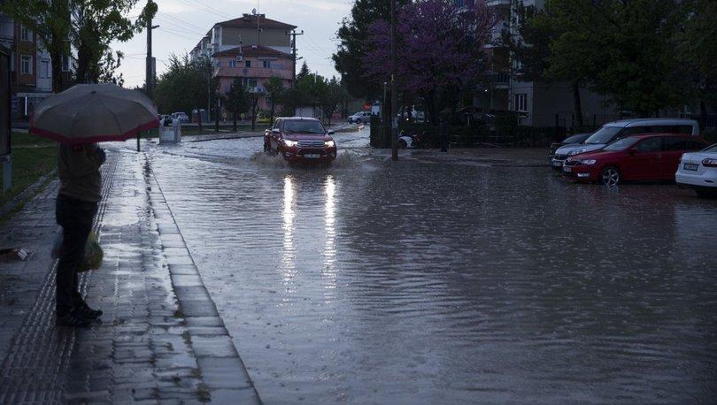 Edirne'de 10 dakikalık yağış caddeleri göle çevirdi
