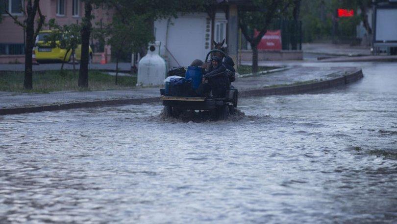Edirne'de 10 dakikalık yağış caddeleri göle çevir