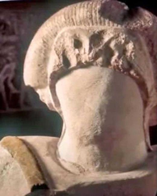 Aynı kabirde bulunan ama bir Mısırlıyı değil, o taraflarda pek rastlanmayan kızıl saçlı sarışın bir yabancıyı temsil eden heykelin baş kısmı. Heykelin yüzünü kimlerin niçin kazıdığı şimdilik bilinmiyor.