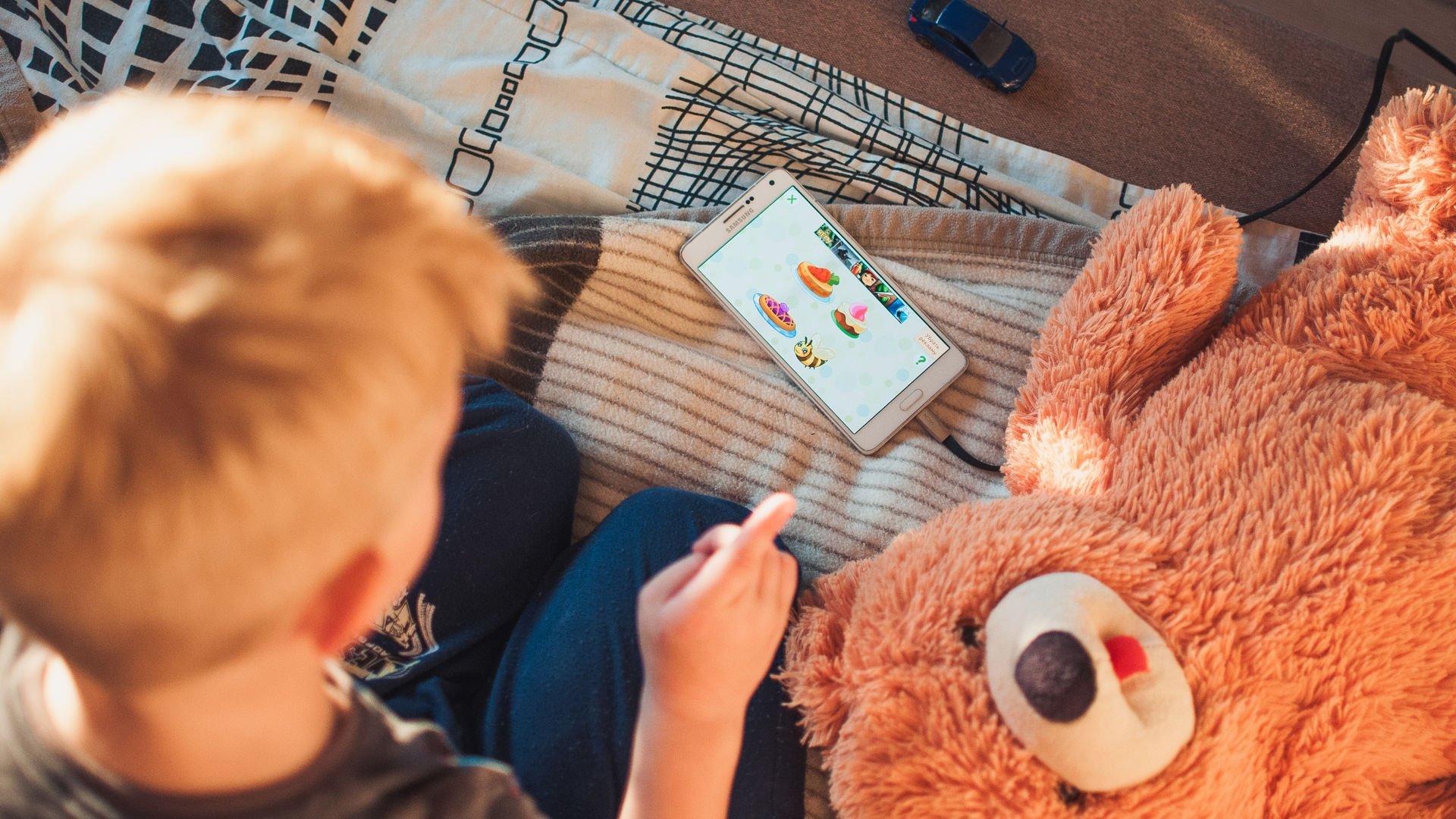 Çocuklar emojilerle dil öğreniyor