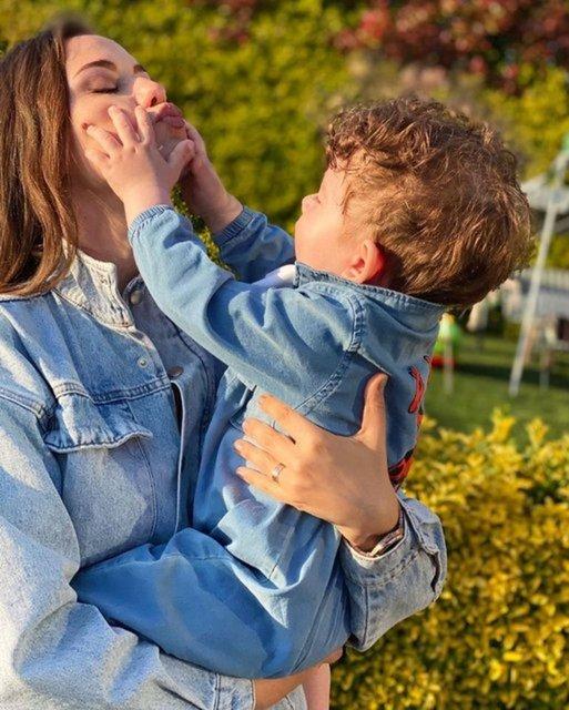 Burak Özçivit-Fahriye Evcen çiftinin oğulları Karan Özçivit parkta - Magazin haberleri