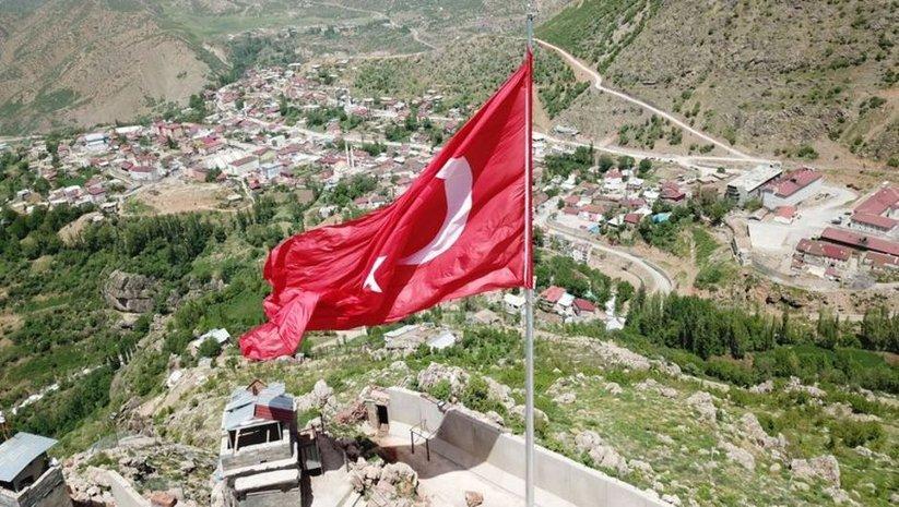 Kato Dağı'na dev Türk bayrağı