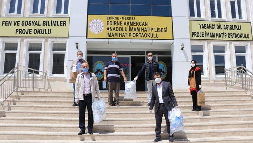 öğretmenler maske dağıtıyor