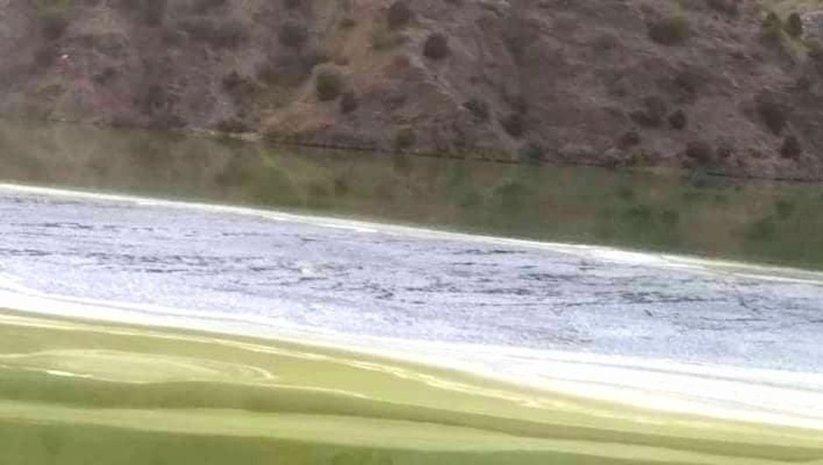 Baraj gölünde endişe veren renk değişimi