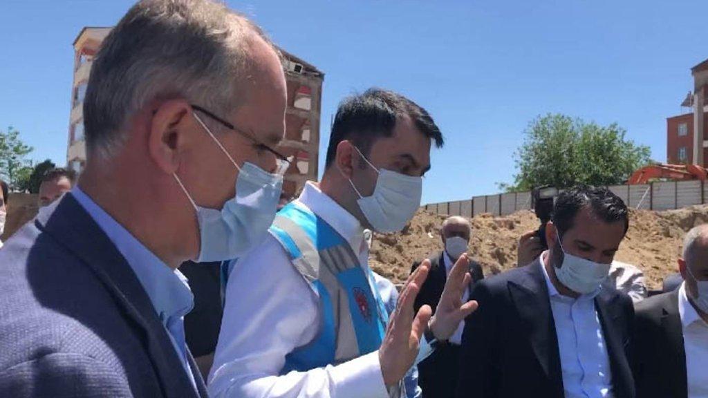 Bakan Kurum Elazığ'da müteahhide sert çıktı