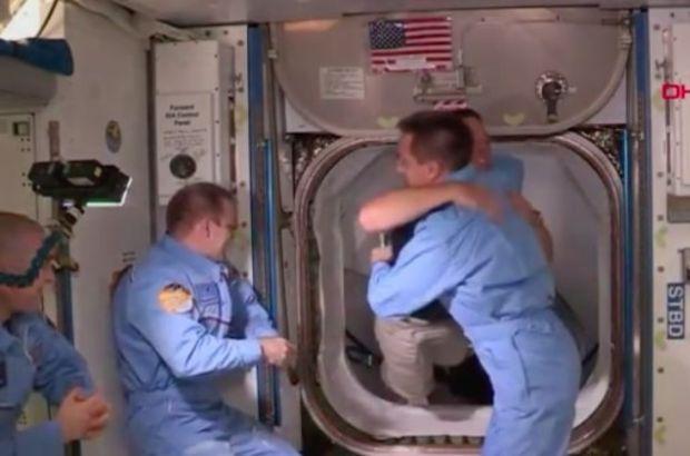 Uzayda tokalaşmak serbest, dünyada yasak!