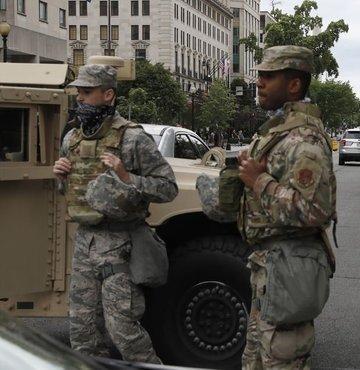 ABD Savunma Bakanlığının (Pentagon), ülkedeki protesto ve şiddet olayları üzerine başkent Washington yakınlarındaki üslere konuşlandırdığı askerleri geri çekeceği bildirildi. Öte yandan ülkede, dün akşamdan itibaren 100 bin Ulusal Muhafız aktif hale getirilerek, valilerin emrine verilmişti.