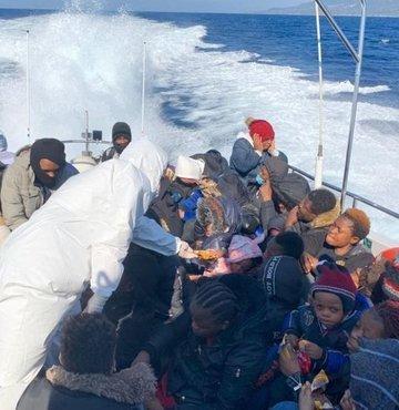 Yunan Sahil Güvenlik güçleri tarafından Midilli'nin doğusunda Türk karasularına geri itilen mülteciler, Türk Deniz Kuvvetlerine ait İHA tarafından tespit edildi ve Sahil Güvenlik botları tarafından kurtarıldı