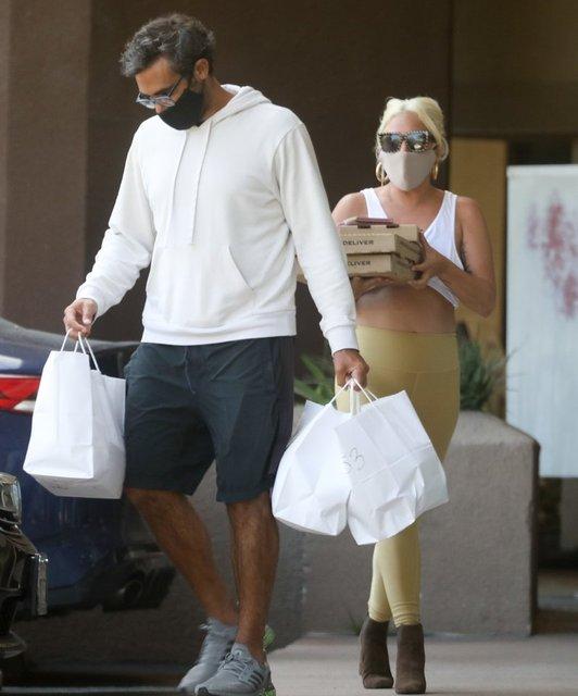 Lady Gaga sevgilisiyle pizzacıda - Magazin haberleri
