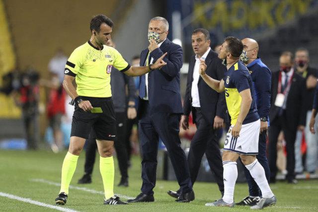 Emre Belözoğlu'nun yedek kulübesindeki tepkileri!