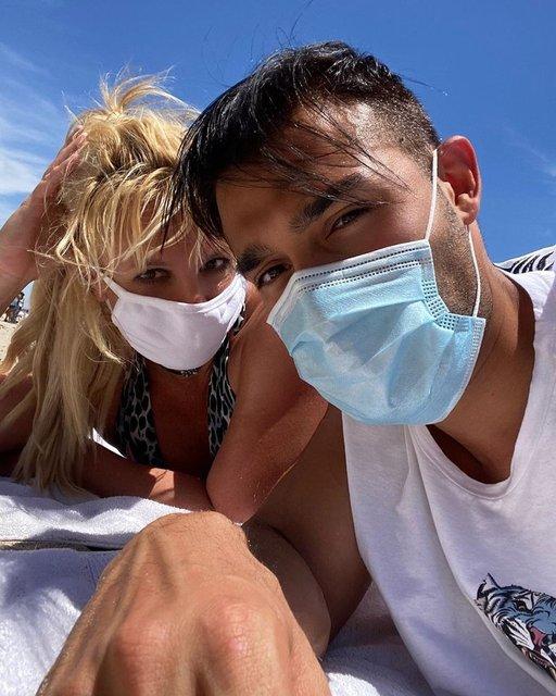 Britney Spears ile sevgilisi Sam Asghari maskeyle güneşlendi - Magazin haberleri