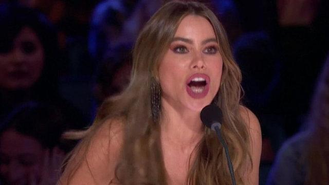 Sofia Vergara sahneden seyircilerin arasına düştü - Magazin haberleri