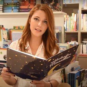 Elif Tümen Altın Saçlı Kız masalını okuyor