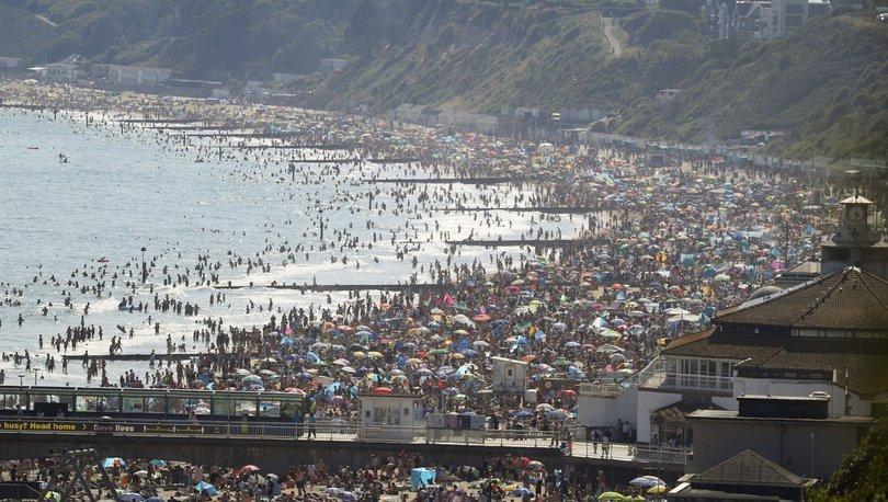 İngilizler sıcak havaya dayanamadı, plajlara akın etti!
