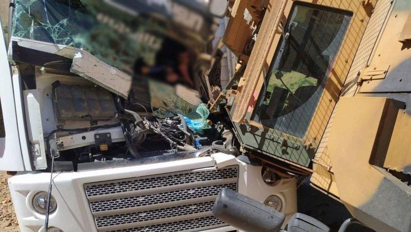 Hakkari'de askeri araçla TIR çarpıştı!