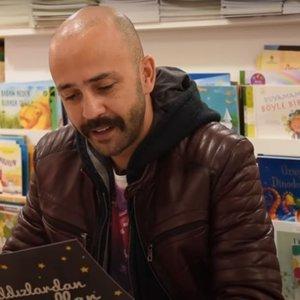 Sarp Akkaya Peter Pan masalını okuyor