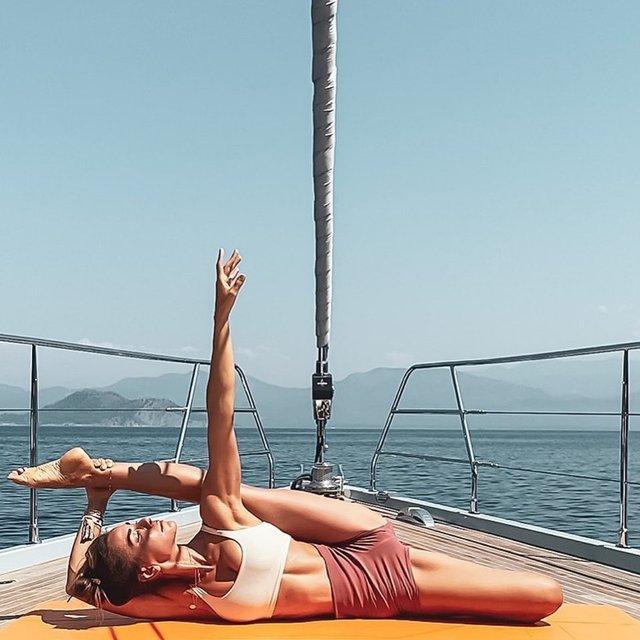 Zeynep Tokuş'tan teknede yoga - Magazin haberleri