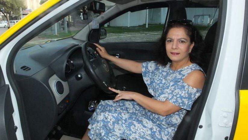 O ilçenin ilk kadın taksicisi oldu