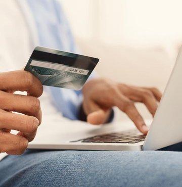Bu haber, bankada hesabı olanları, kredi kartı kullananları, internet veya mobil bankacılık uygulamalarını kullananları ve de bankaların çağrı merkezlerini arayanları yakından ilgilendiriyor. Bugünden itibaren yürürlüğe giren yönetmelik ile artık bankalar size ekstre, dekont veya hesap özeti gibi bilgilendirmeleri SMS veya e-posta yoluyla yapamayacak. Çağrı merkezlerinde anne kızlık soyadını soramayacak… Necdet Çalışkan'ın haberi...