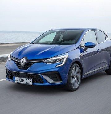 """2020 yılının ilk 6 aylık pazar verilerinin açıklanması ile birlikte, bu dönemde en çok satış yapan markanı Renault olduğu ortaya çıktı. Fransız üretici, 2020 yılının ilk yarısını 36 bin 305 satış adedi ve 17.8 pazar payı ile binek otomobil pazarında lider kapattı. Renault Mais Genel Müdürü Berk Çağdaş, """"Mart ve Nisan 2020 döneminde ertelenen talep, pandemi etkisi ile artan toplu taşımadan kaçınma eğilimi ve ulaşılabilir faiz koşulları ile birlikte pazara büyük bir dinamizm geldi. Yılın ikinci yarısında bu ritmin devam etmesi ve olası bir ikinci dalga yaşanmaması durumunda, pazarın 650 bin seviyelerinde tamamlamasını öngörüyoruz"""" dedi"""
