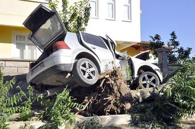 Ağacın üzerinde kaldı! 2 yaralı