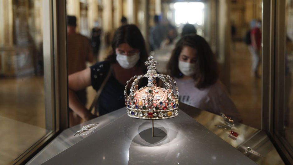 Louvre Müzesi açıldı